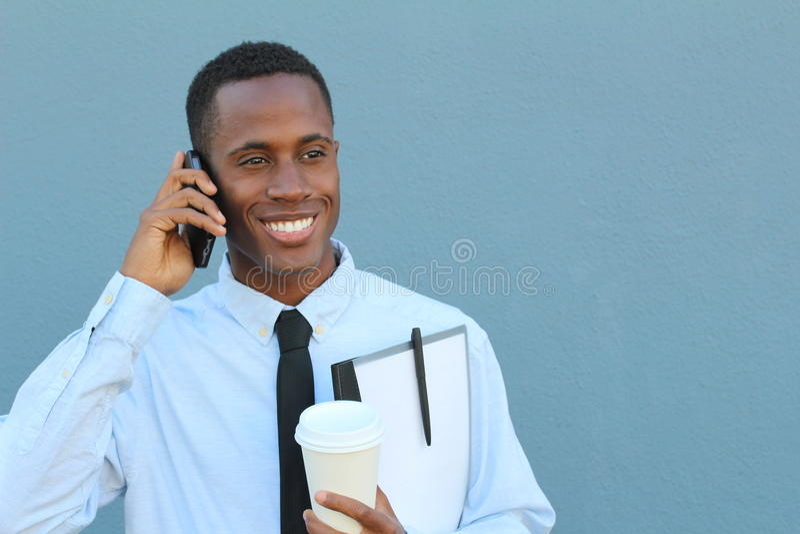 Giovane felice maschio africano sul telefono immagine stock libera da diritti