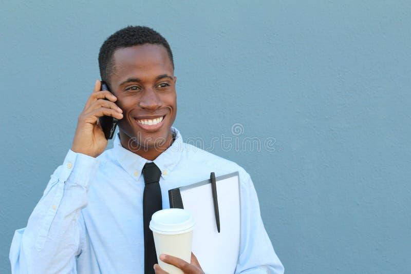 Giovane felice maschio africano sul telefono immagini stock