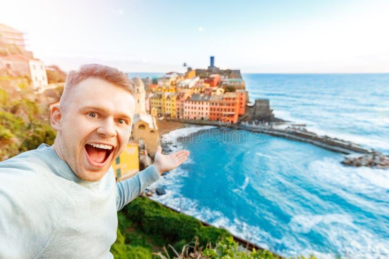 Giovane felice turistico che prende la foto Vernazza, parco nazionale Cinque Terre, Liguria, Italia, Europa del selfie Viaggio di fotografia stock libera da diritti