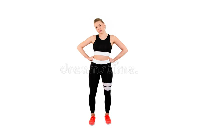 giovane femmina adatta in abbigliamento di sport che posa con le mani sulla sua testa - Immagine immagine stock libera da diritti