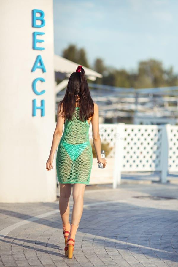 Giovane femmina asiatica che gode del giorno soleggiato sulla spiaggia tropicale fotografia stock libera da diritti