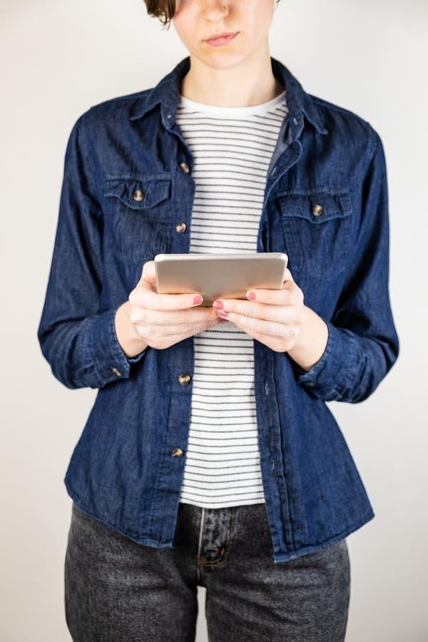 Giovane femmina con il computer della compressa fotografia stock