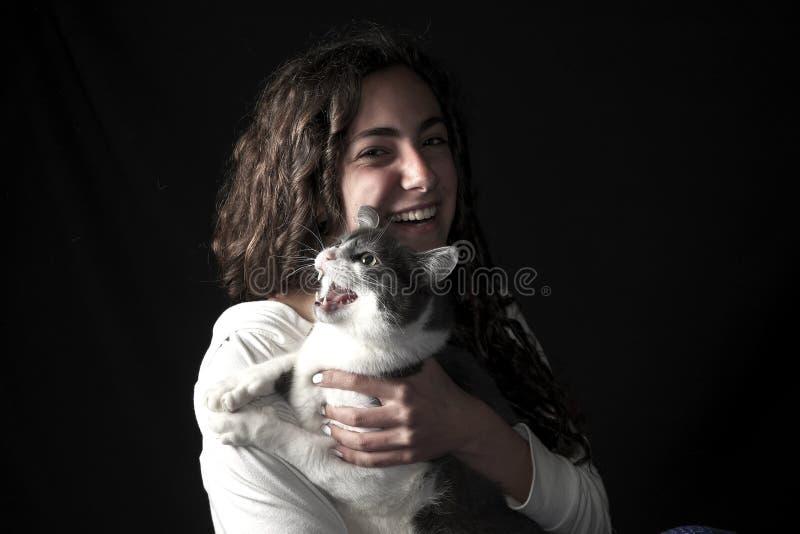 Giovane femmina con il gatto fotografia stock libera da diritti