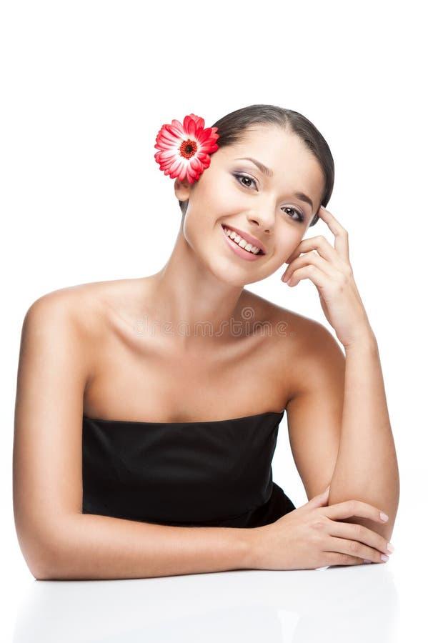 Giovane femmina del brunette con il fiore di gerbrera immagine stock libera da diritti