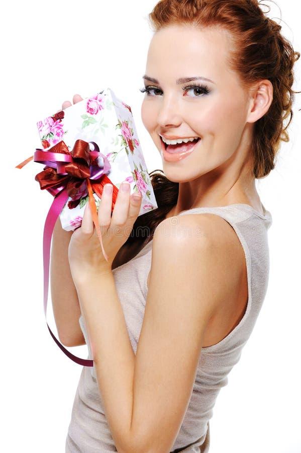 Giovane femmina di gioia felice con un regalo immagini stock libere da diritti