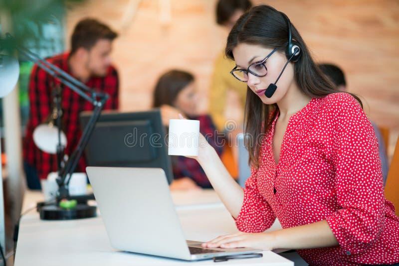 Giovane femmina nel gruppo della call center immagine stock
