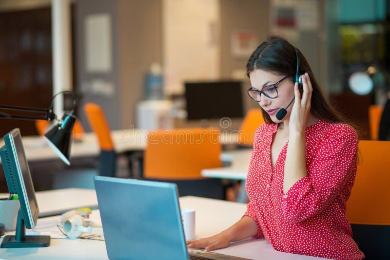 Giovane femmina nel gruppo della call center immagine stock libera da diritti
