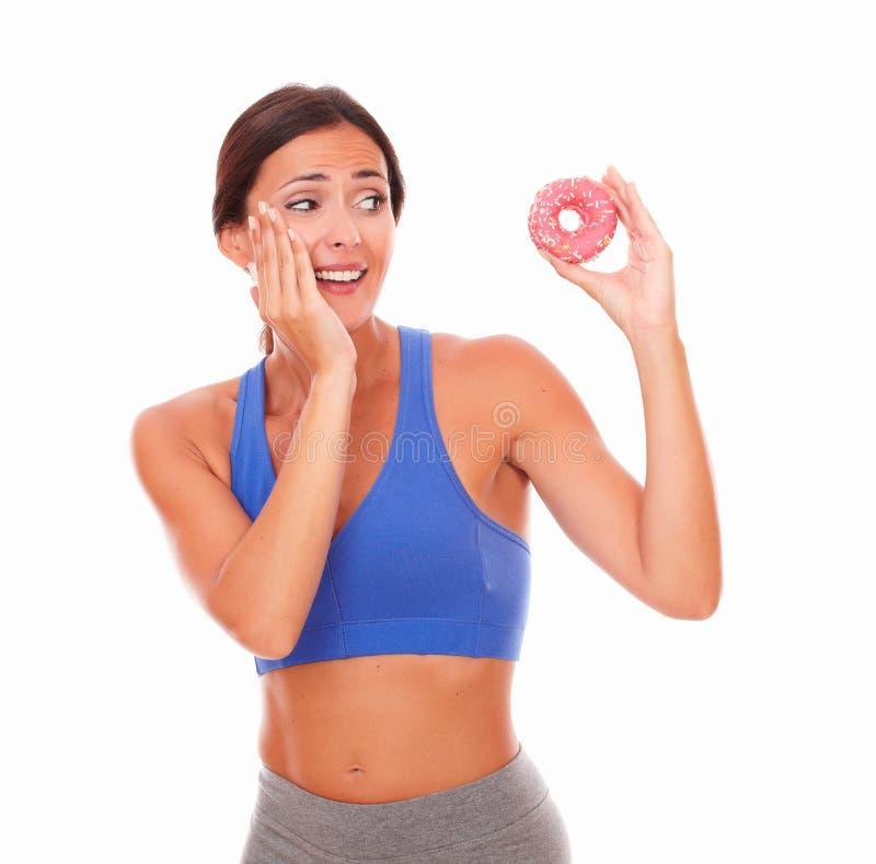 Giovane femmina nell'essere a dieta dell'abbigliamento di sport fotografie stock