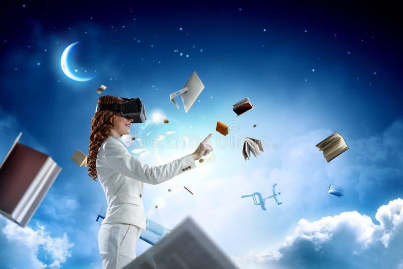 Giovane femmina nella realt? virtuale Media misti fotografia stock libera da diritti