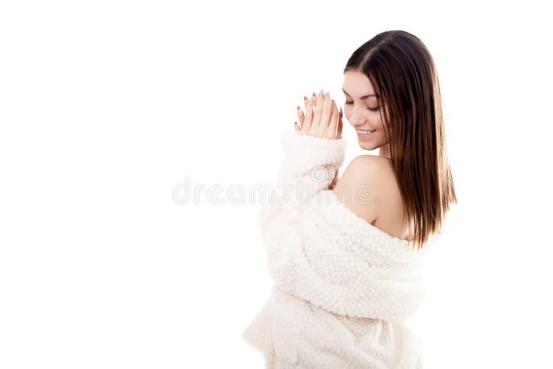 Giovane femmina sexy in accappatoio bianco con lo spazio della copia fotografie stock