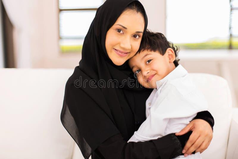 Giovane figlio musulmano della donna immagini stock