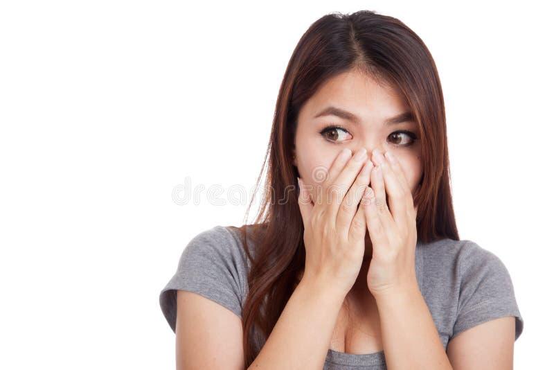 Giovane fine asiatica di scossa della donna la sua bocca fotografie stock libere da diritti