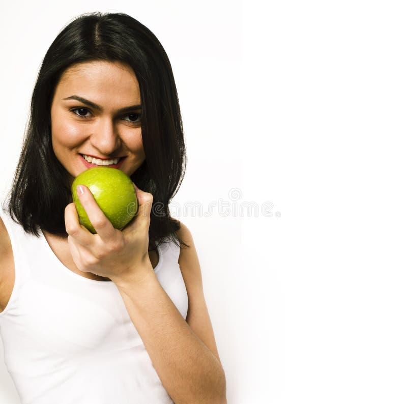 Giovane fine reale graziosa della mela di cibo dell'adolescente sul sorridere, wo immagine stock libera da diritti