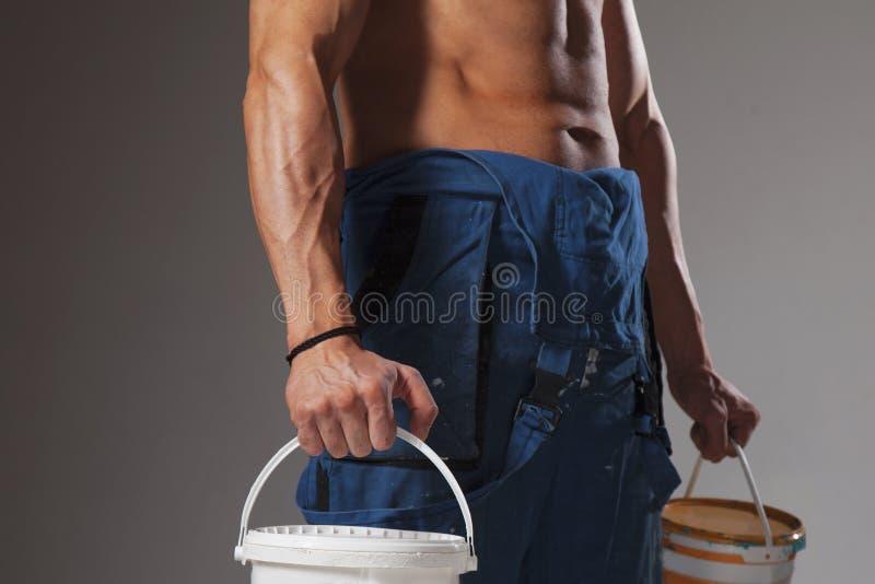 Giovane forte costruttore bello dell'uomo con forte atletico muscolare immagini stock
