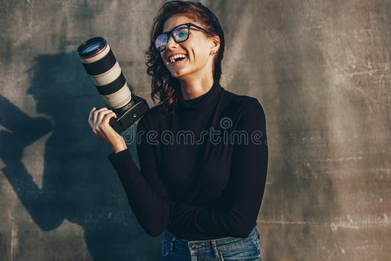 Giovane fotografo allegro fotografie stock