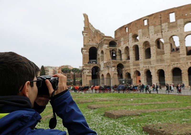 Giovane fotografo con i vetri dell'occhio a Roma immagini stock