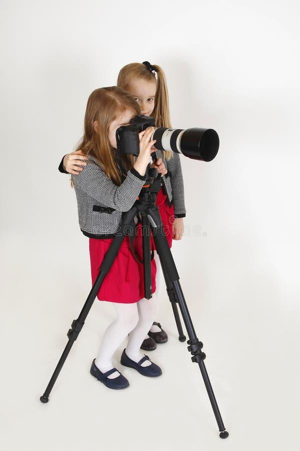 Giovane fotografo con la macchina fotografica digitale immagine stock libera da diritti