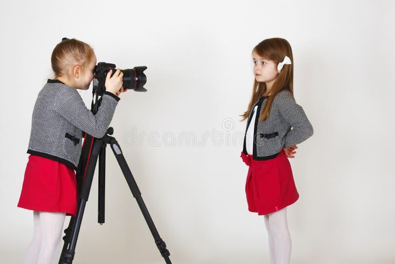 Giovane fotografo con la macchina fotografica digitale fotografie stock libere da diritti