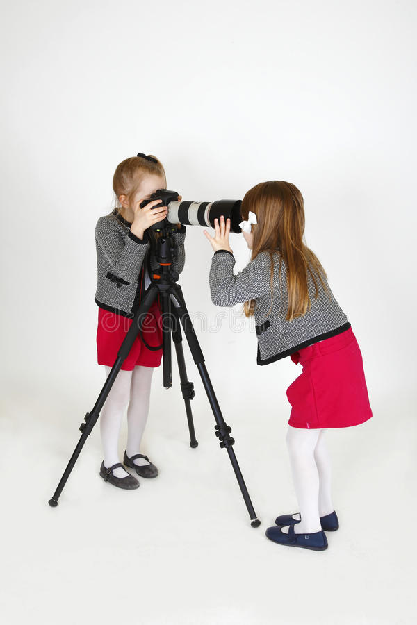 Giovane fotografo con la macchina fotografica digitale immagini stock libere da diritti