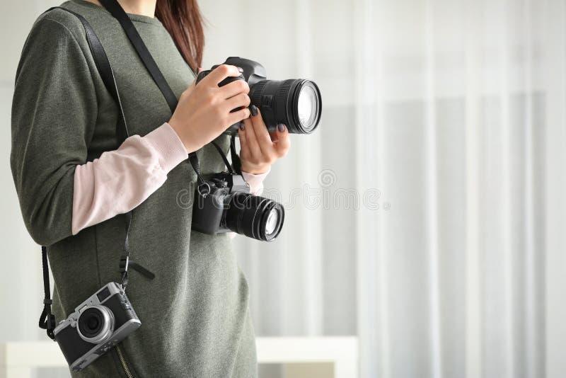Giovane fotografo con le macchine fotografiche, fotografia stock libera da diritti