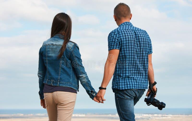 Giovane fotografo felice dei turisti delle coppie immagini stock