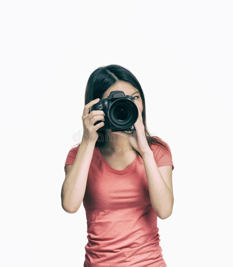 Giovane fotografo femminile asiatico soddisfatto della sua nuova macchina fotografica isola immagini stock