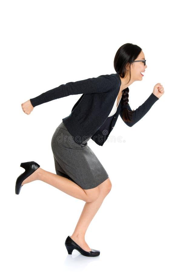 Giovane funzionamento asiatico della donna di Fullbody fotografie stock libere da diritti