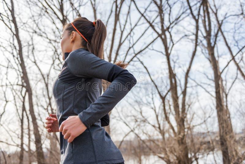 Giovane funzionamento del corridore della donna di forma fisica sulla traccia immagine stock libera da diritti