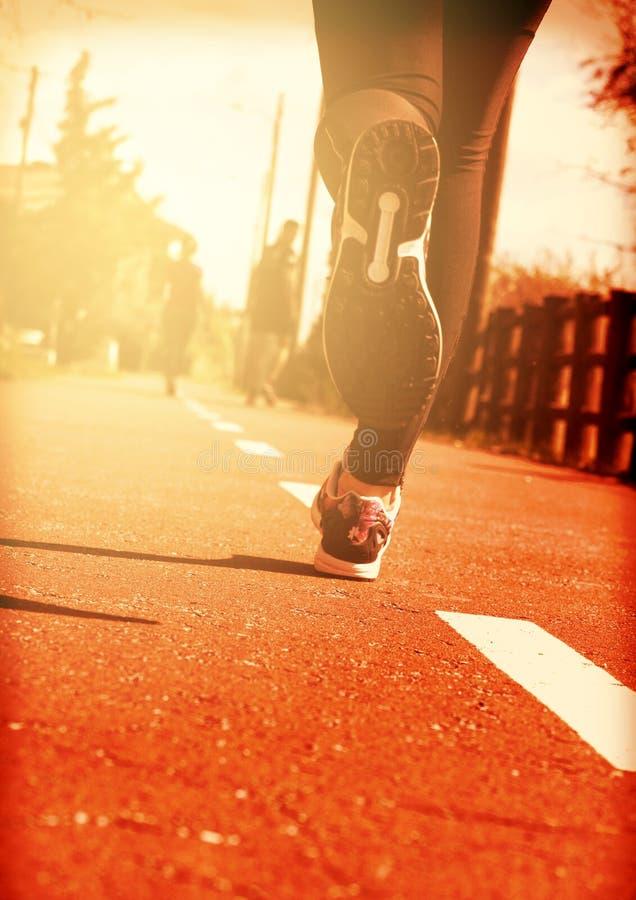 Giovane funzionamento dell'atleta del corridore della donna di forma fisica alla strada immagini stock libere da diritti