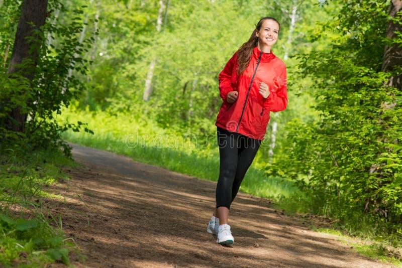 Giovane funzionamento sano dell'atleta femminile fotografia stock libera da diritti