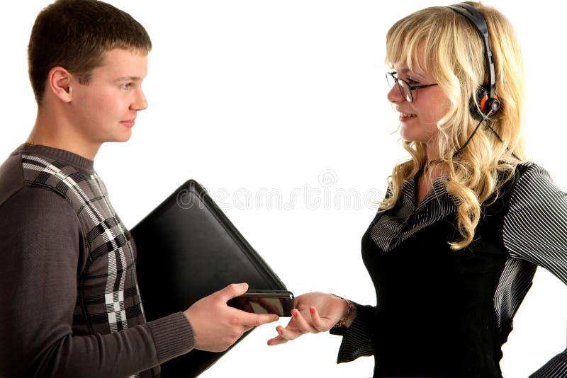 Giovane gente di affari con il computer portatile ed il telefono immagine stock libera da diritti