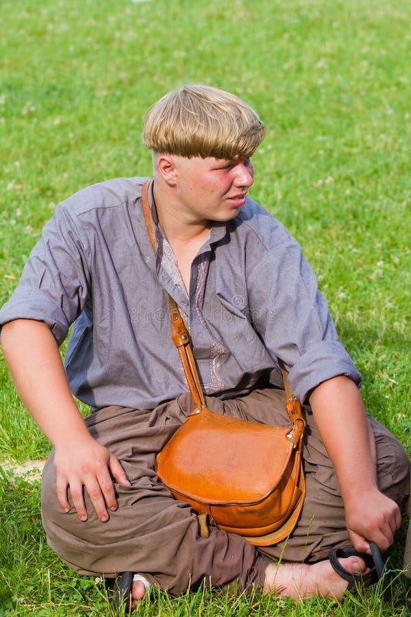 Giovane gentiluomo del cosacco di Zaporozhian Sich in camicia tipica di vyshyvanka ed ampi pantaloni con la borsa di cuoio immagine stock