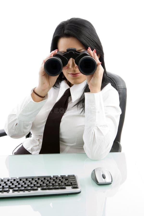 Giovane gestore che osserva con binoculare fotografia stock