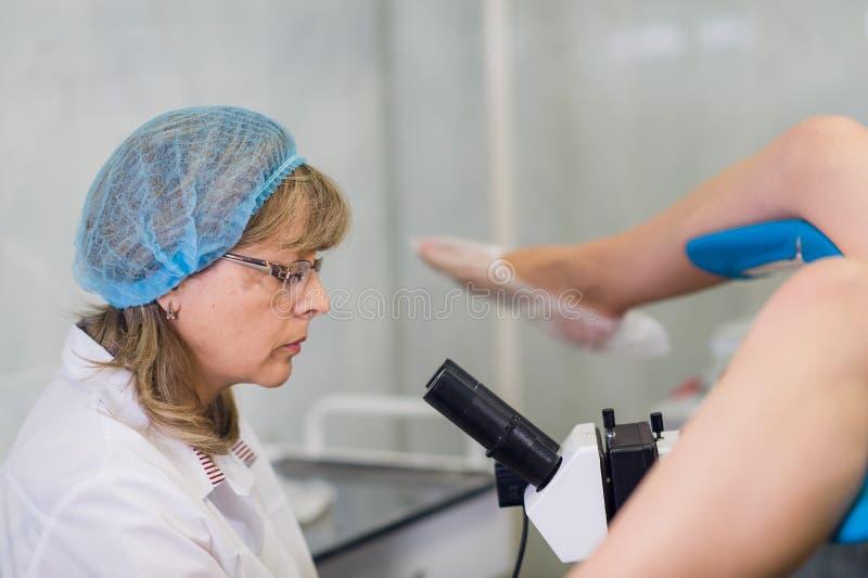 Giovane ginecologo femminile During Examination In il suo ufficio immagini stock libere da diritti