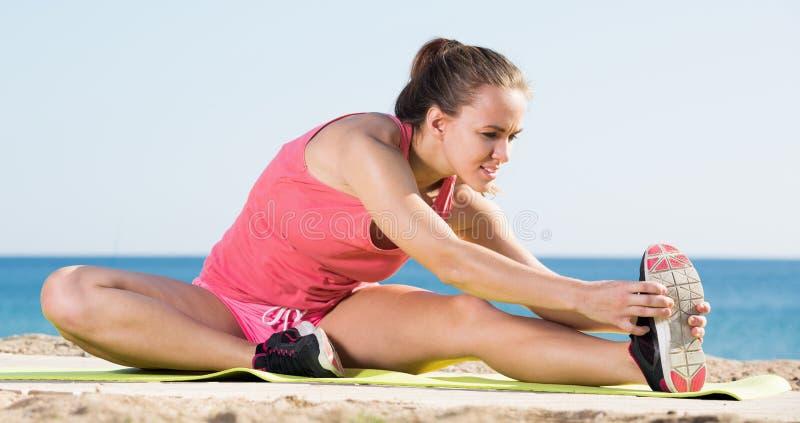Giovane ginnastica felice di addestramento di sportwoman fotografia stock libera da diritti