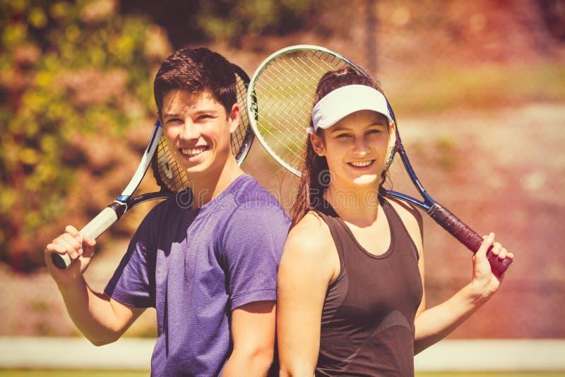 Giovane giocar a tennise delle coppie fotografia stock libera da diritti