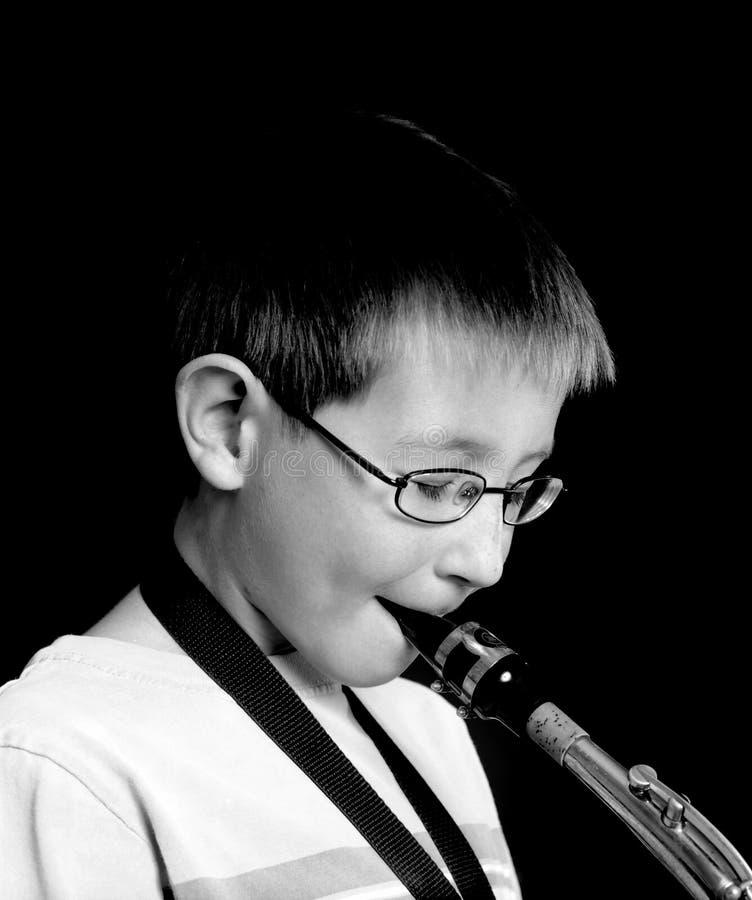 Giovane giocatore di sassofono fotografie stock libere da diritti
