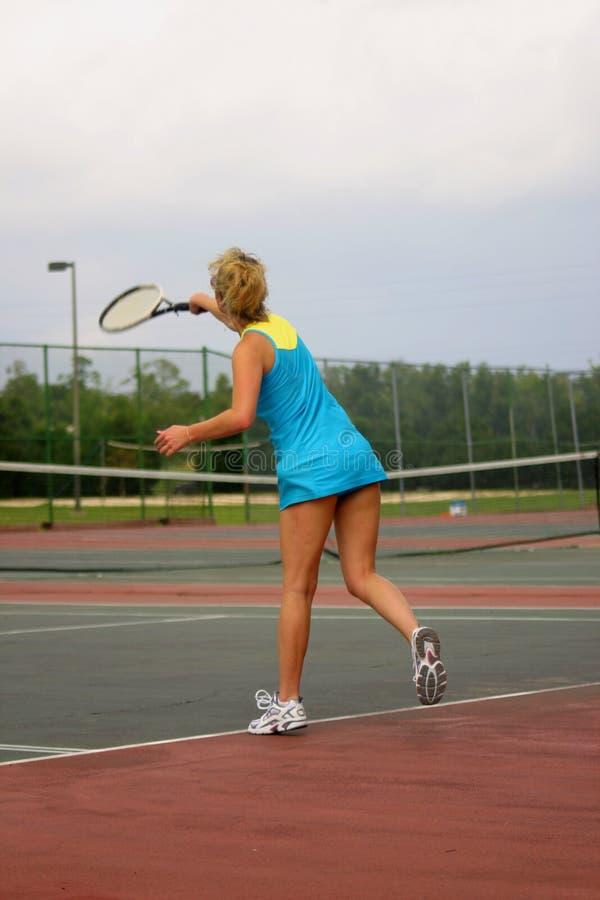 giovane giocatore di tennis attivo immagini stock libere da diritti