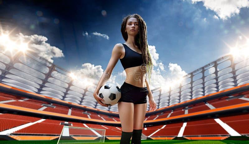 Giovane giocatore sexy della donna in stadio di calcio illustrazione di stock