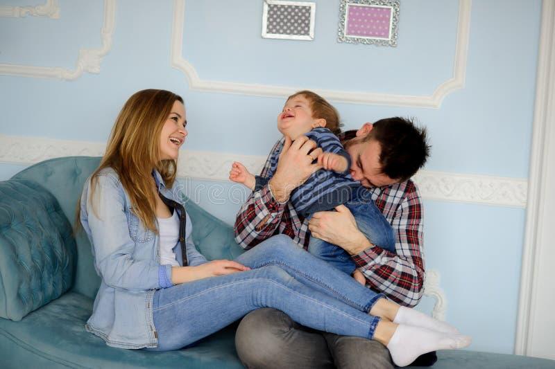 Giovane gioco dei genitori con il piccolo figlio fotografie stock libere da diritti