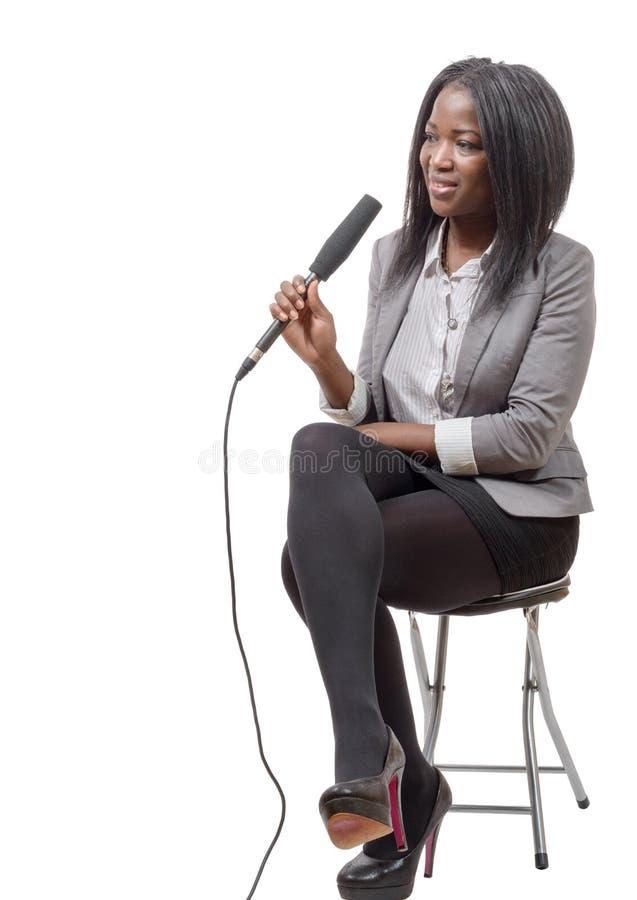 Giovane giornalista afroamericano con un microfono fotografia stock libera da diritti