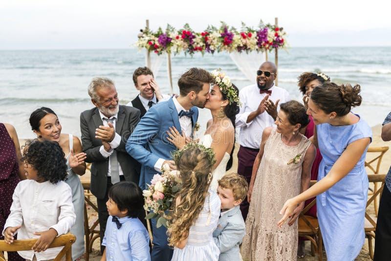 Giovane giorno delle nozze caucasico del ` s delle coppie fotografie stock