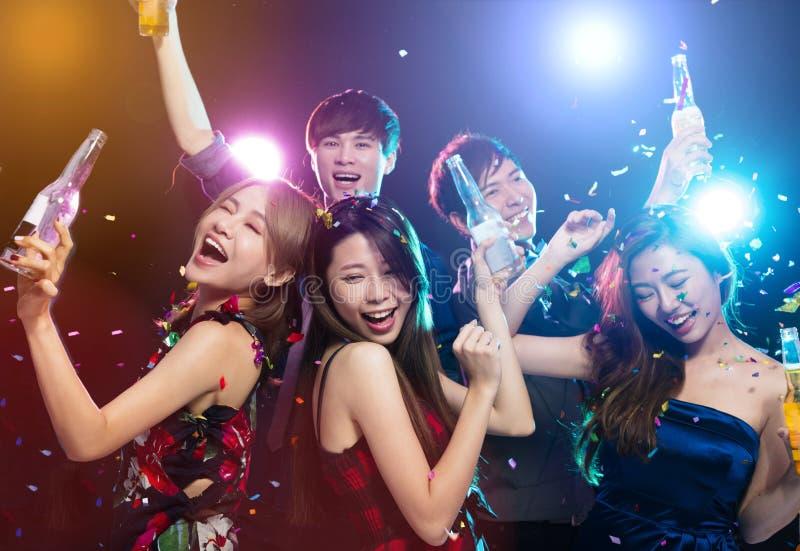 Giovane gruppo che gode del partito e del divertiresi fotografia stock