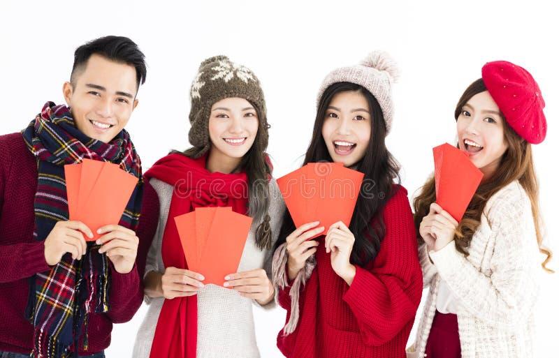giovane gruppo che mostra busta rossa fotografia stock