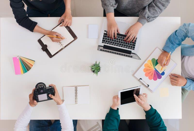 Giovane gruppo creativo che ha una riunione in ufficio creativo - concetti di lavoro di squadra immagine stock