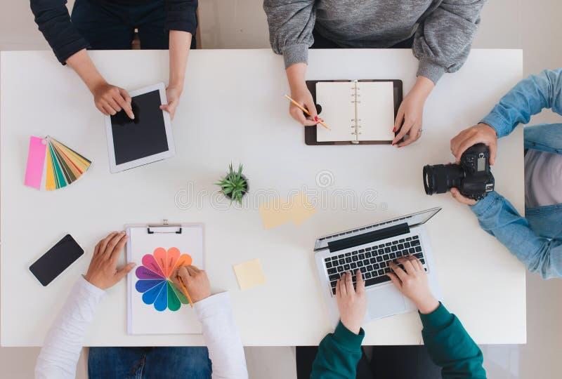 Giovane gruppo creativo che ha una riunione in ufficio creativo - teamwo immagini stock libere da diritti