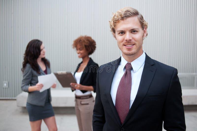 Giovane gruppo di affari che si leva in piedi insieme immagine stock