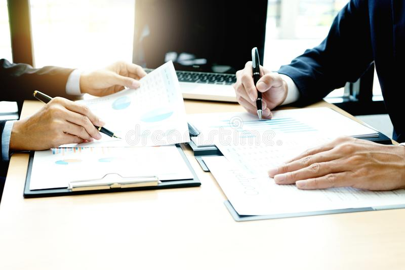 giovane gruppo di affari in una piccola riunione immagine stock