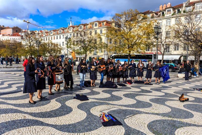 Giovane gruppo di bambini che cantano nel quadrato Lisbona di Russel immagine stock libera da diritti