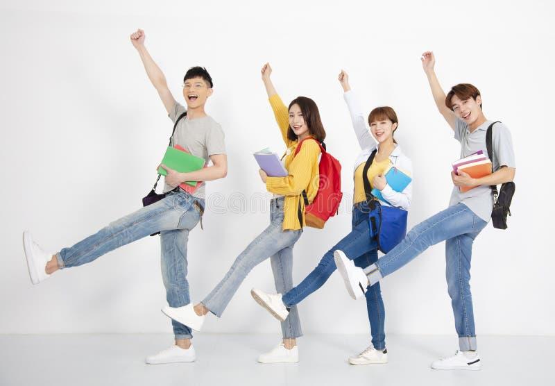 Giovane gruppo di studente, sorridente e ballante fotografia stock libera da diritti